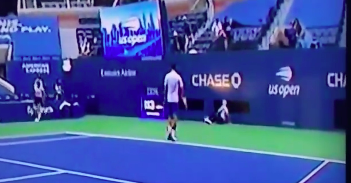 Novak Djokovic Disqualified From U S Open After Hitting Linesperson With Ball Sbnation Com