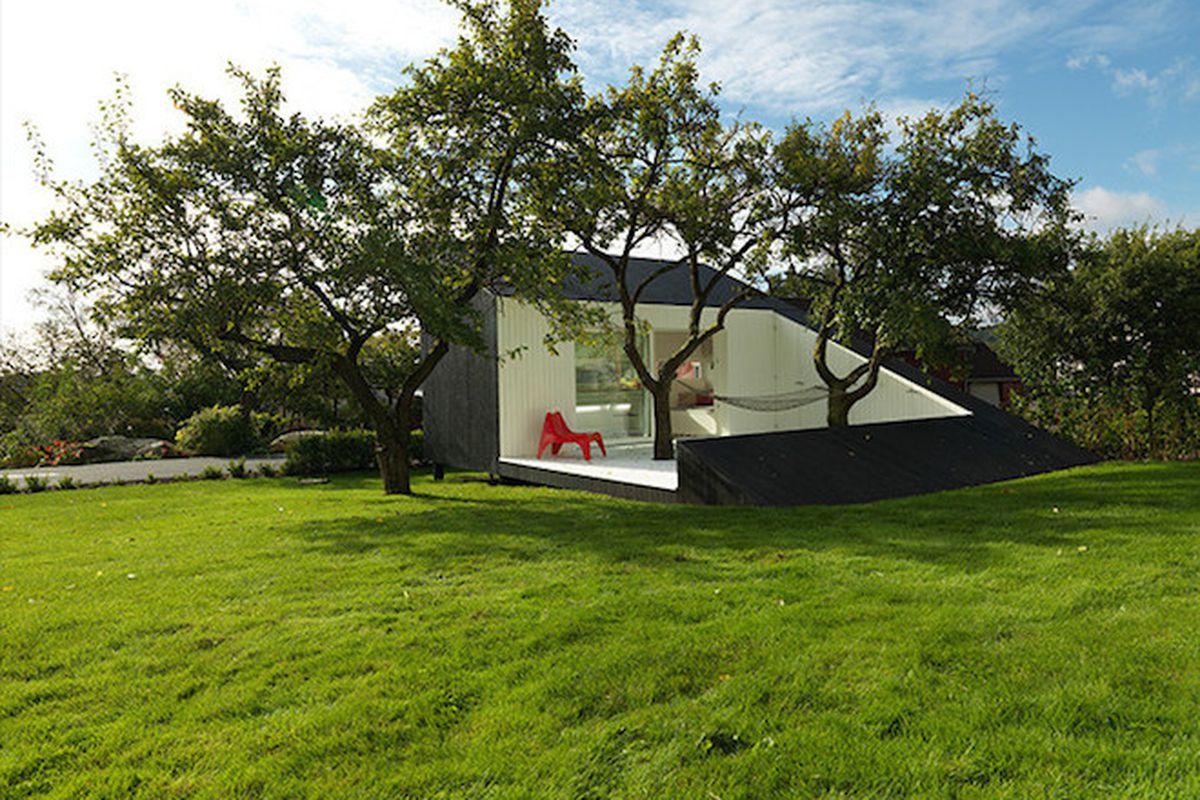"All photos by <a href=""http://notbent.com/"">Bent René Synnevågvia</a> via <a href=""http://www.designboom.com/architecture/slice-saunders-architects-norway-05-06-2015/"">Designboom</a>"