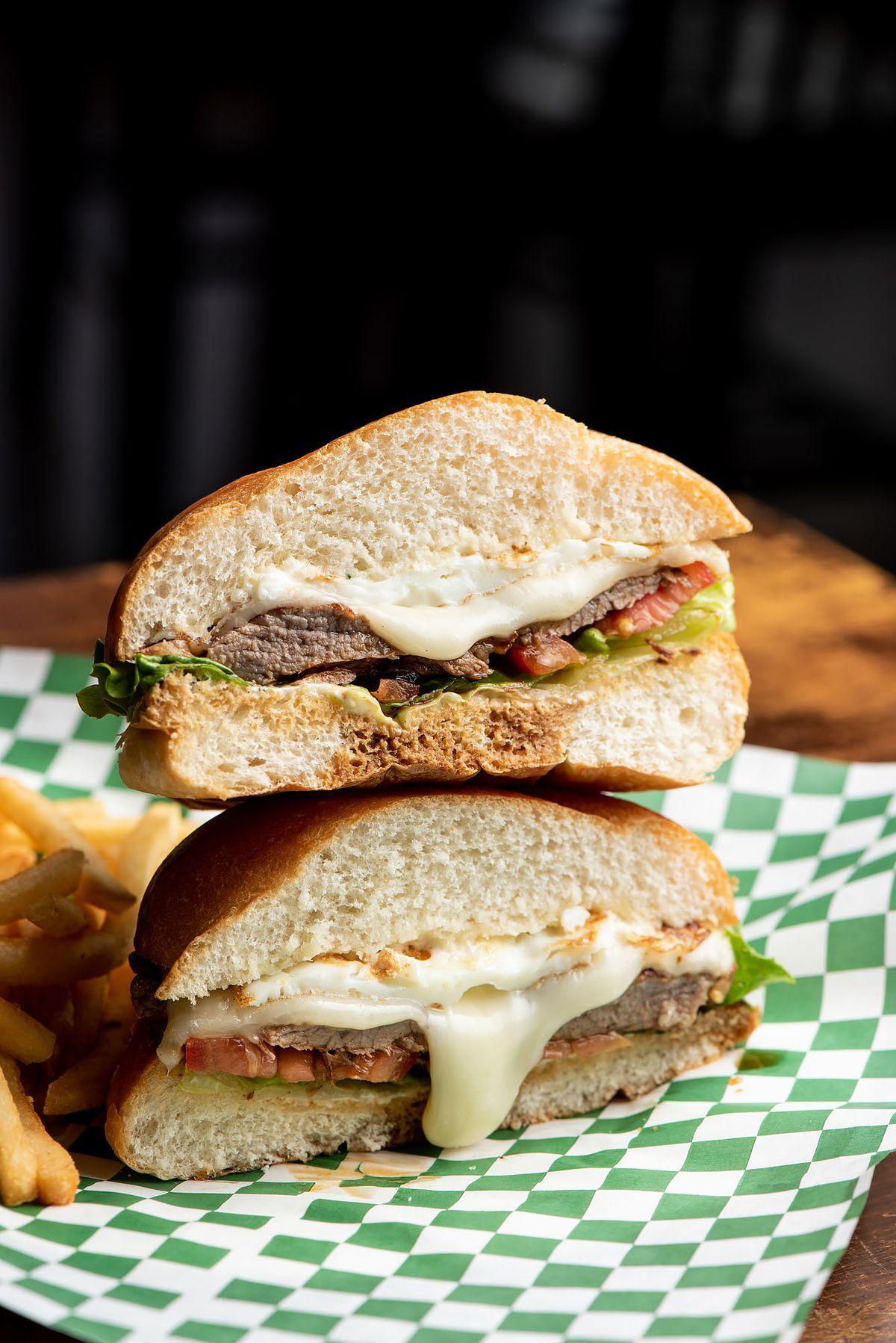 Bauru sandwich with thin beef from Panela's