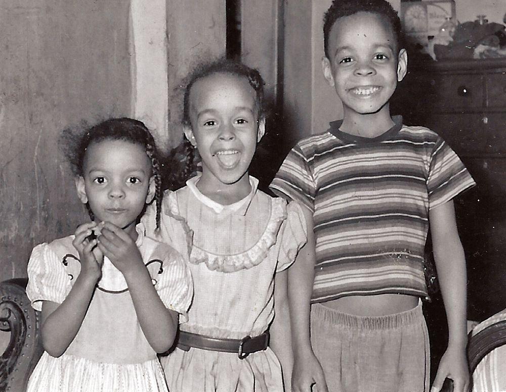 Tânăra Anna (din stânga), Alice și Jerry Clark.