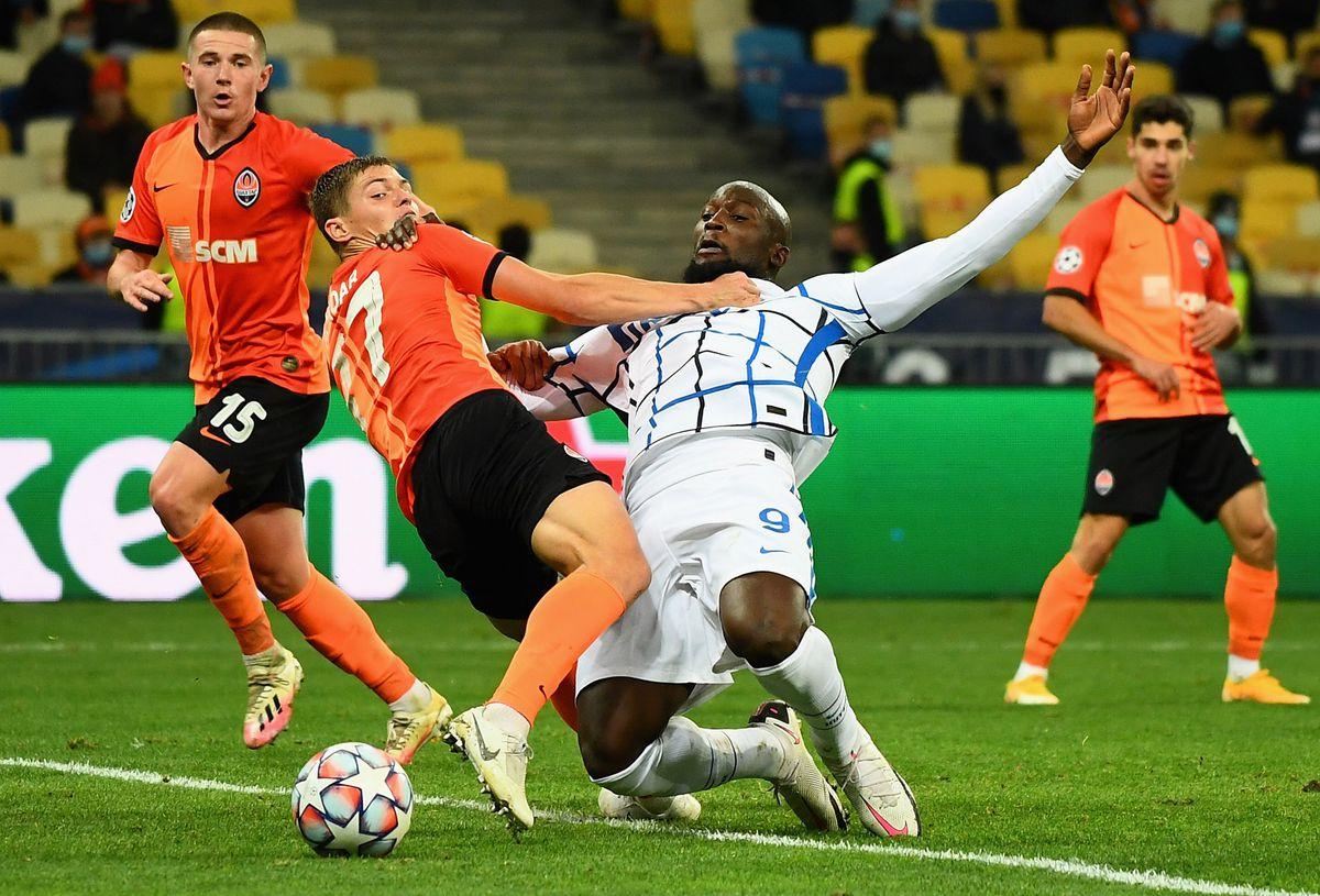 Shakhtar Donetsk 0-0 Inter Milan. Romelu Lukaku em disputa de bola.