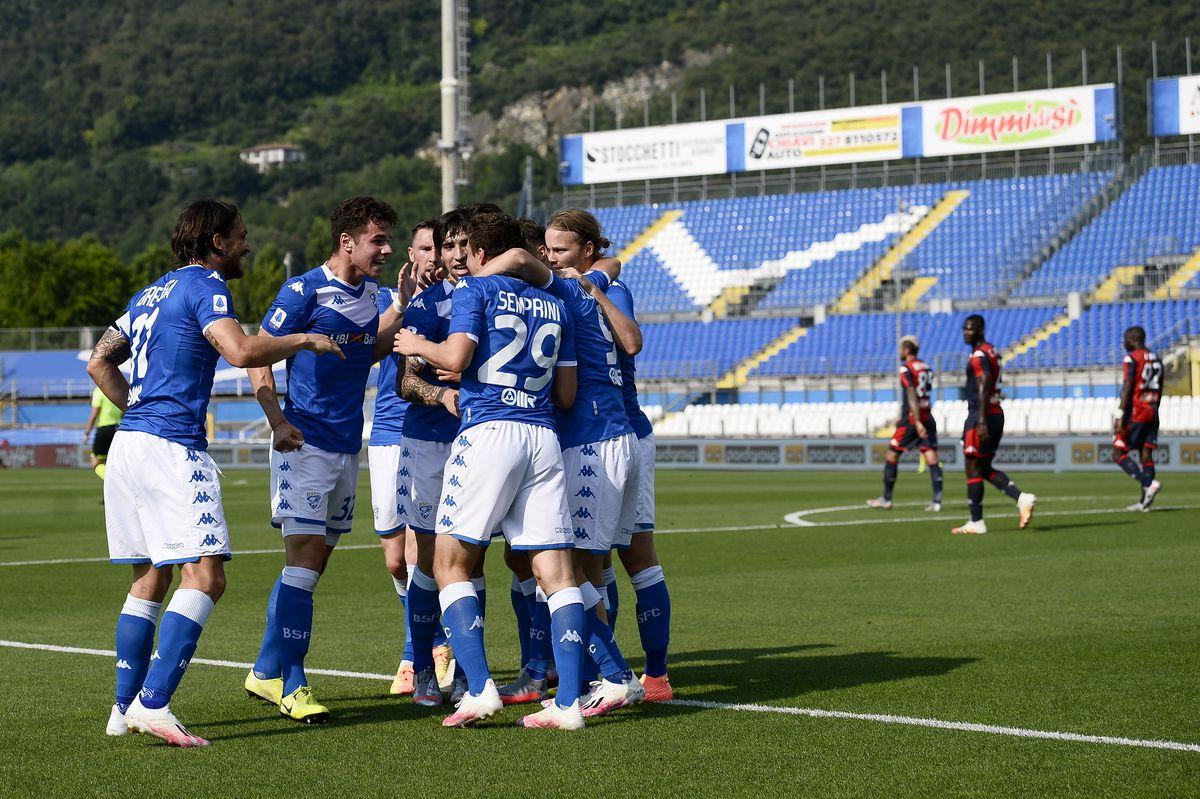 Alessandro Semprini (C) of Brescia Calcio celebrates with...