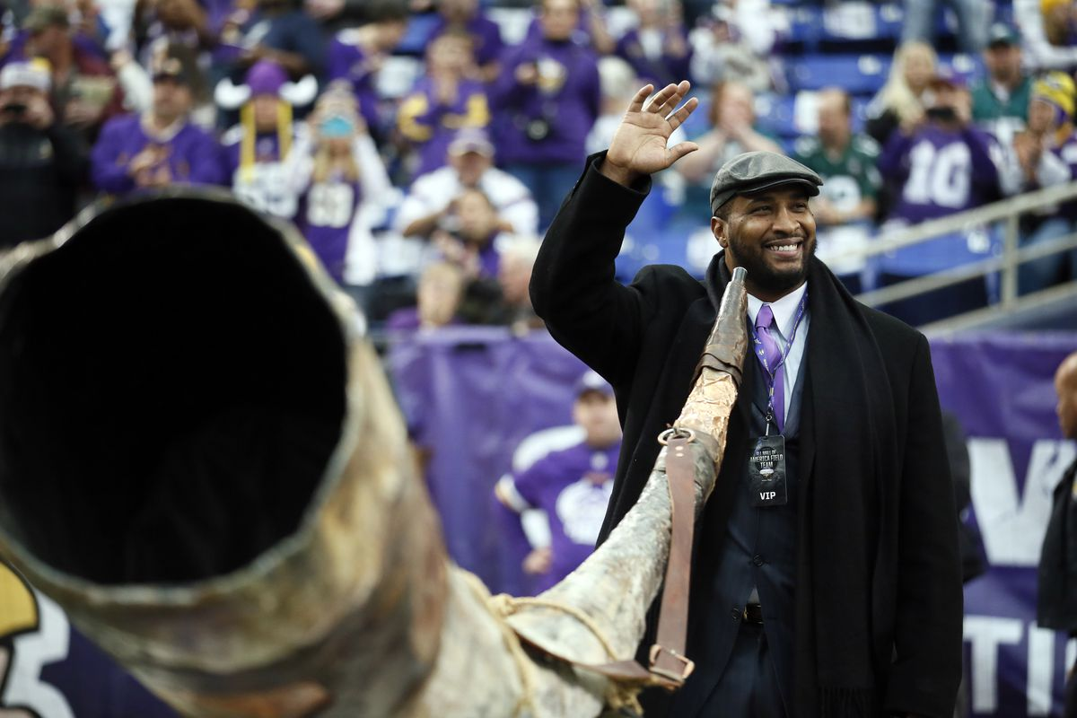 Former Vikings quarterback Daunte Culpepper waved to the fans in pre games events during NFL action between the Minnesota Vikings and the Philadelphia Eagles at Mall of America Field Sunday December 15, 2013 in Minneapolis , MN .Culpepper was named the a