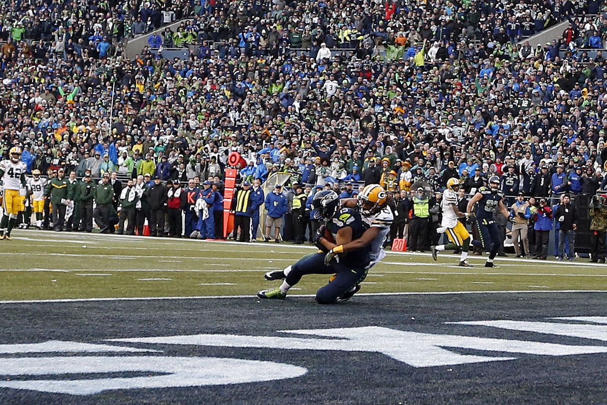 Jermaine Kearse of Seattle catches the game-winning touchdown pass in overtime Sunday.