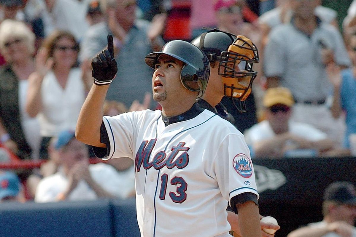 New York Mets Edgardo Alfonzo points to the sky af
