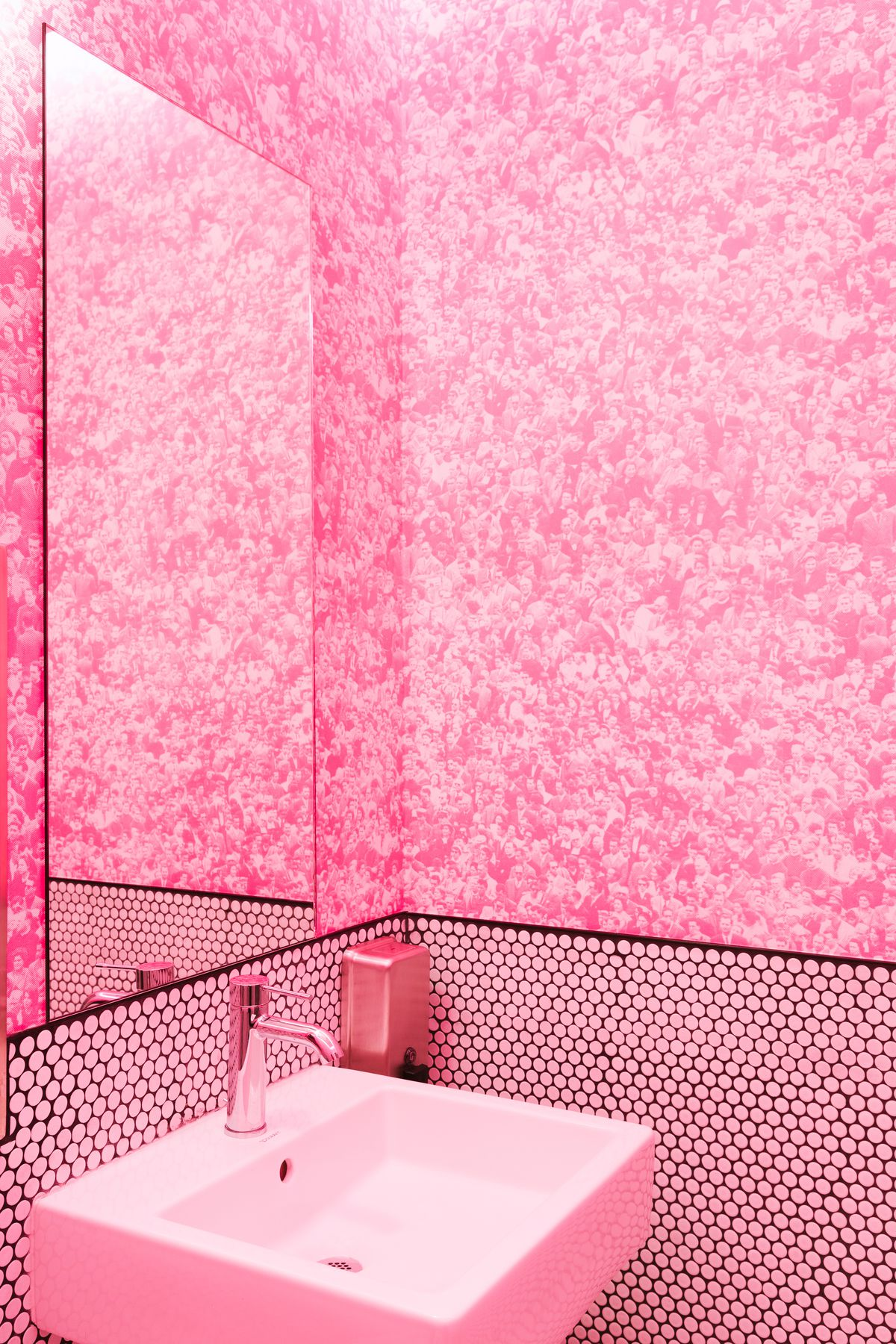 Pink wallpaper in the bathroom of Pizzeria Delfina