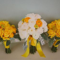 """Conventional flowers for an indie bride? No way. These beauties are organically grown. (Earth-friendly bouquets from eco-florist Hana & Posy. Image credit: <a href=""""http://www.voloper.com/projects/opensites3/ngvinkler/Hanaposy_com_620/default.aspx"""">Hana &"""