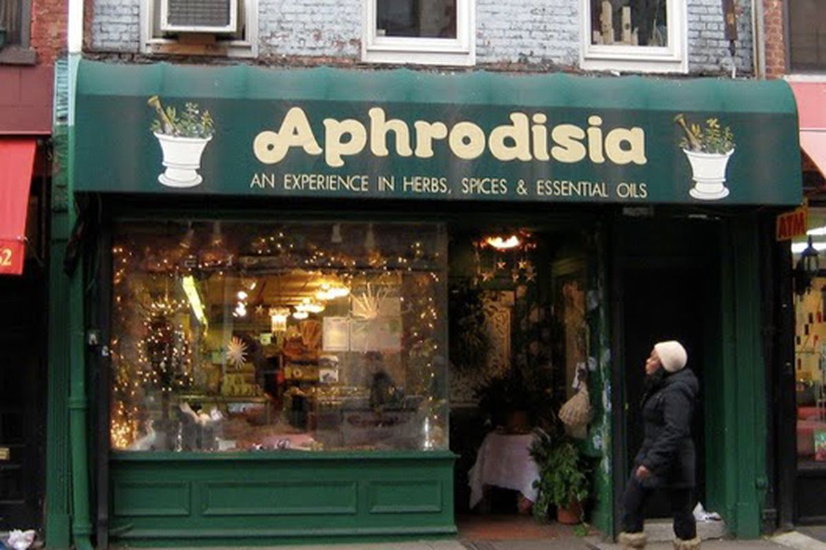 "Image via <a href=""http://vanishingnewyork.blogspot.com/2010/02/aphrodisia-herbs.html"">VNY</a>"