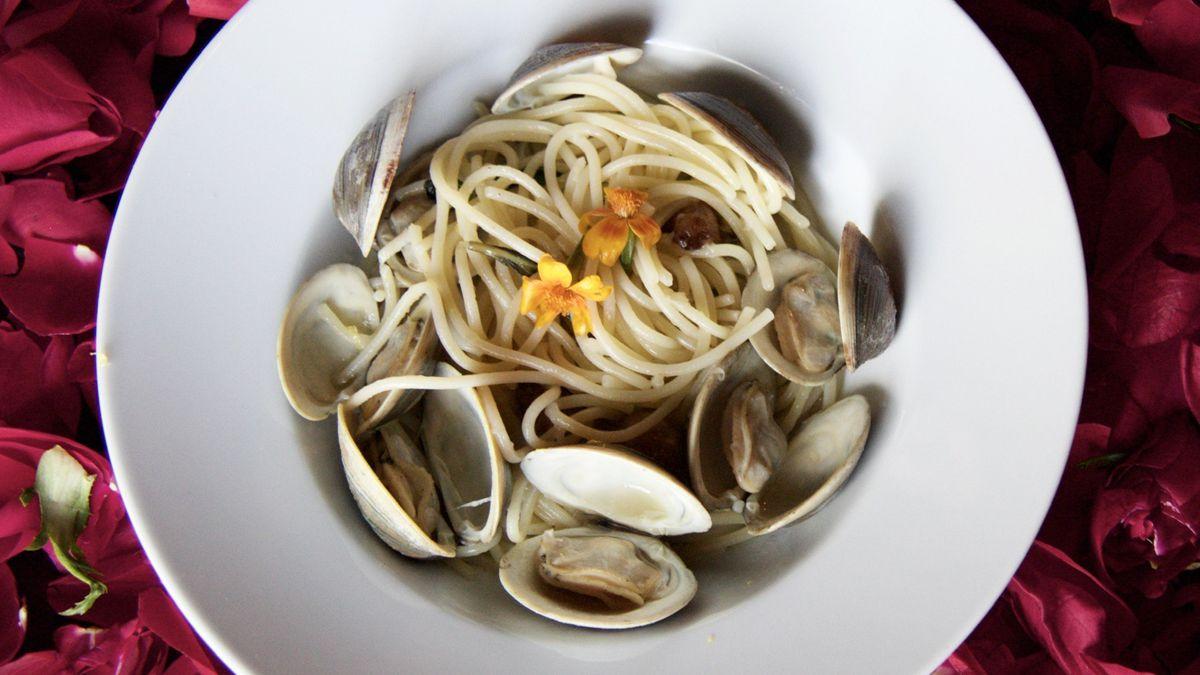 bowl of clam pasta