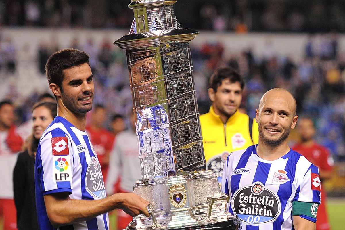 Depor's Manuel Pablo and Juan Domínguez holding the Teresa Herrera Trophy