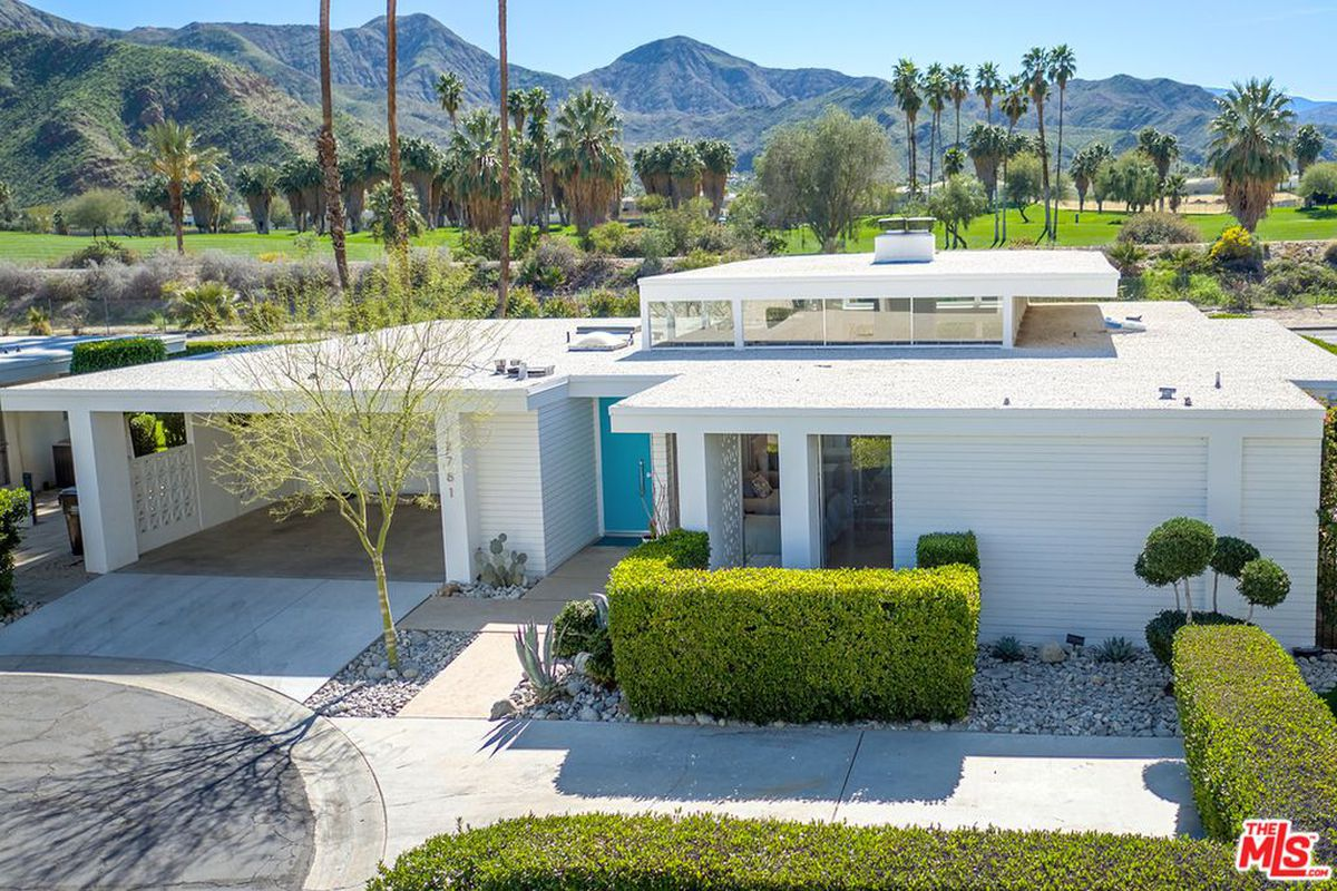 Snag this renovated 1960s palm springs home with pool for for New modern homes palm springs