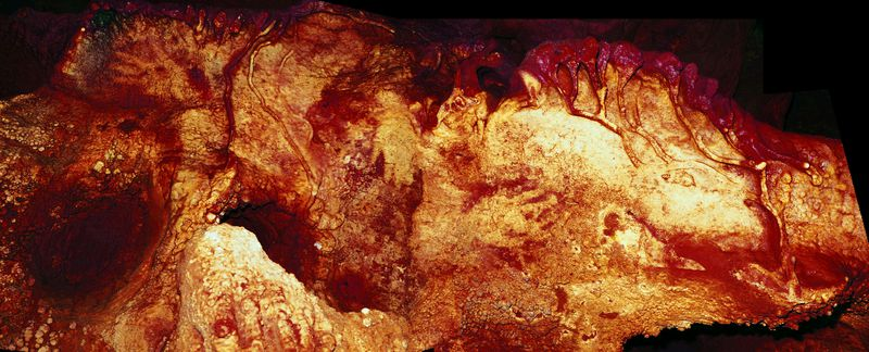 Uno de estos contornos de huellas, encontrado en la cueva de Maltravieso en España, data de hace al menos 66,000 años, lo que significa que un neanderthal debe haberlo hecho.