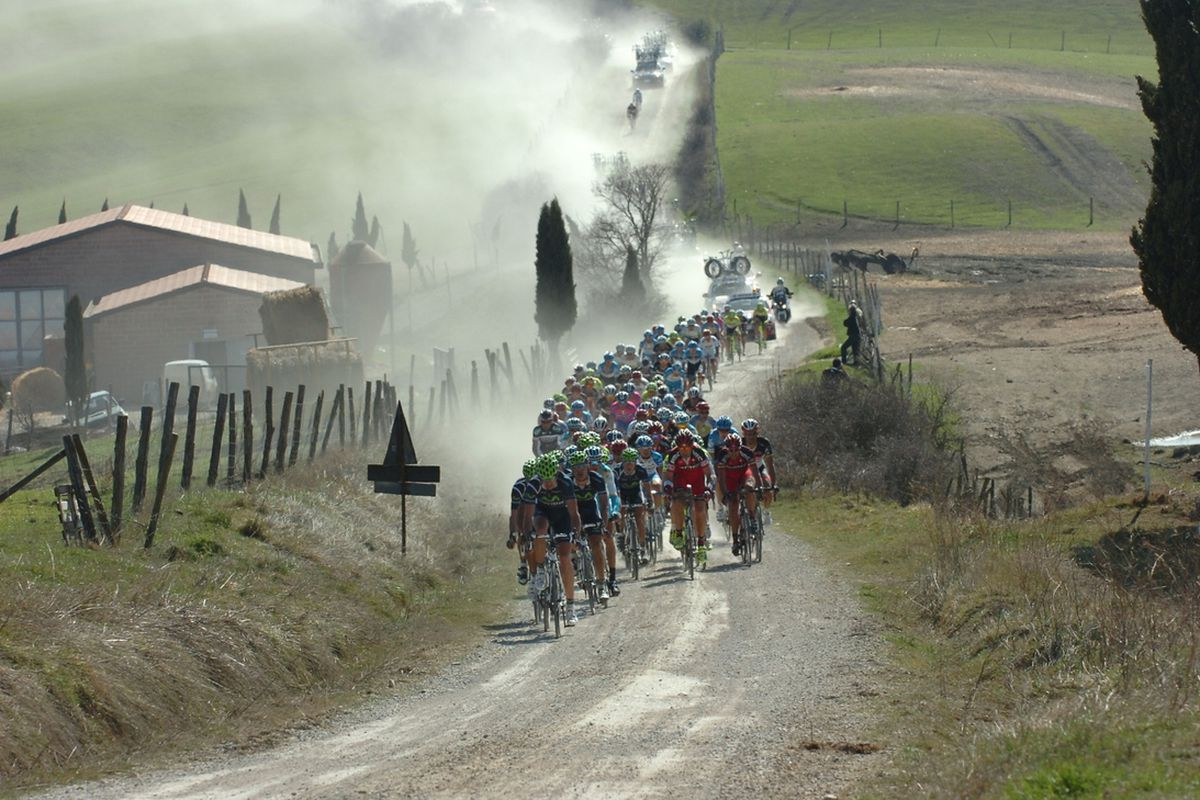The peleton kicks up dust in the 2012 edition of Strade Bianche