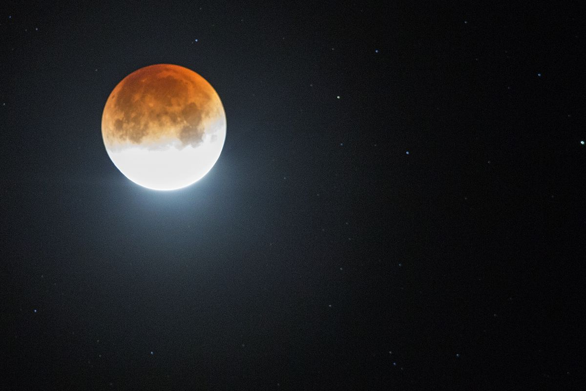 Rare super blue blood moon offers early morning beauty