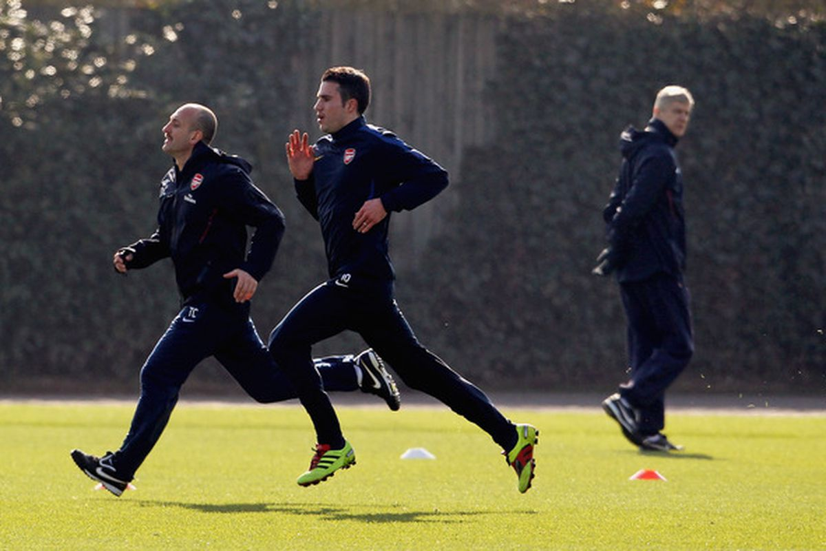 ST ALBANS, ENGLAND - MARCH 07:  Arsenal manager Arsene Wenger (R) watches Robin Van Persie (C) during a fitness test during a training session at London Colney on March 7, 2011 in St Albans, England.  (Photo by Scott Heavey/Getty Images)