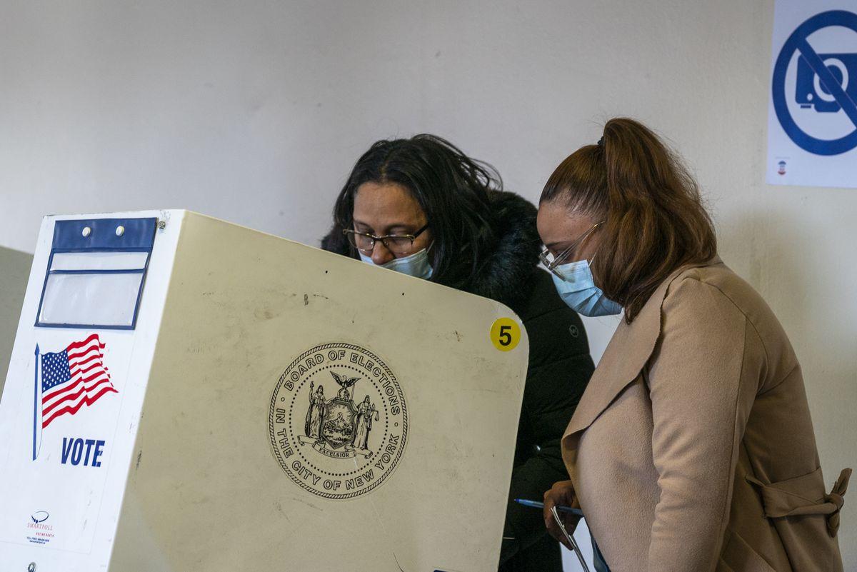 Liriano helps Ventura fill out her ballot.