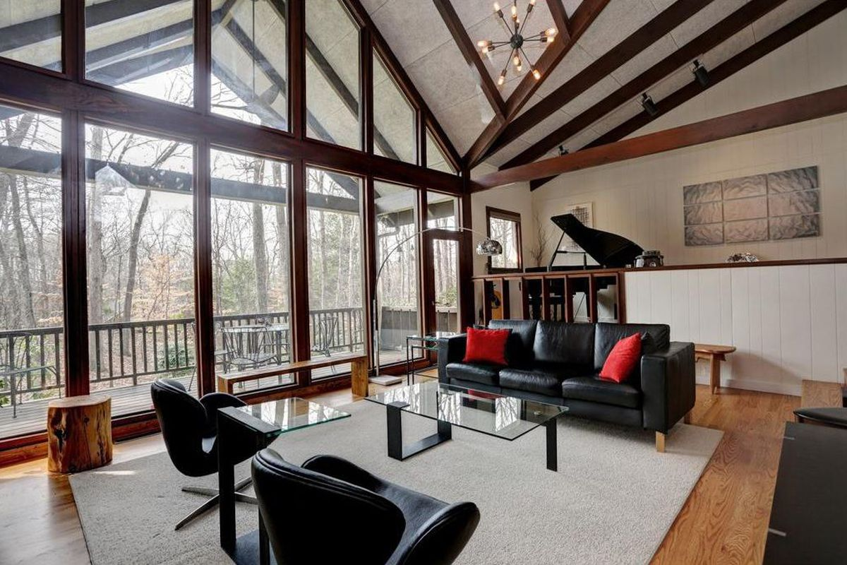 A photo of a midcentury modern home recently for rent in Atlanta.