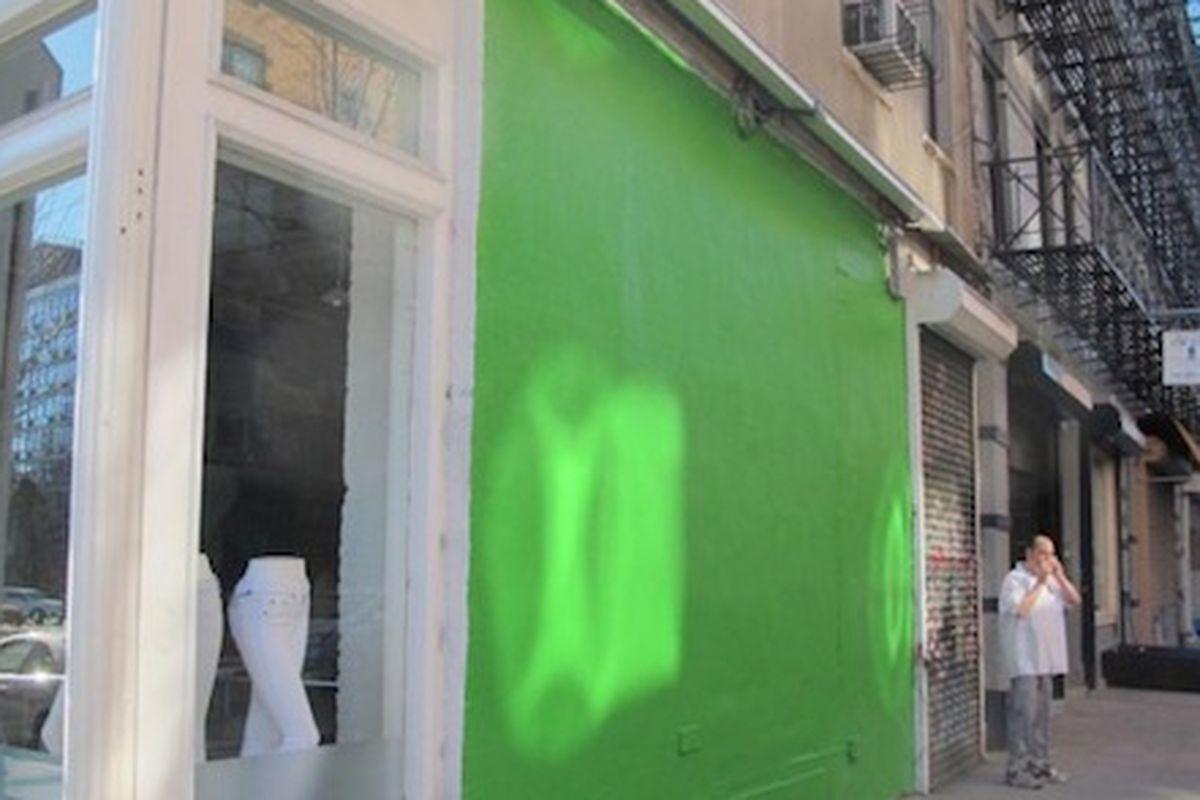 "Image via <a href=""http://www.boweryboogie.com/2013/03/graffiti-drama-at-rag-bone-wall/"">Bowery Boogie</a>"