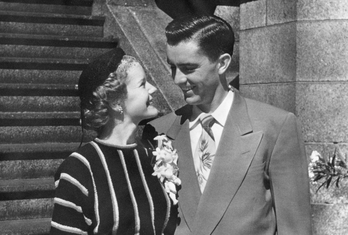 Los recién casados Russell y Barbara Ballard fuera del Templo de Salt Lake en 1951.