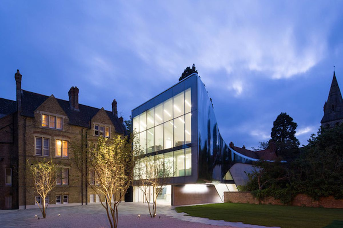 """All photos by <a href=""""http://www.lukehayes.com/"""">Luke Hayes</a> via <a href=""""http://www.dezeen.com/2015/05/28/zaha-hadid-architects-st-antonys-college-university-oxford-england-centre-middle-eastern-culture-reflective-tunnel/"""">Dezeen</a>"""