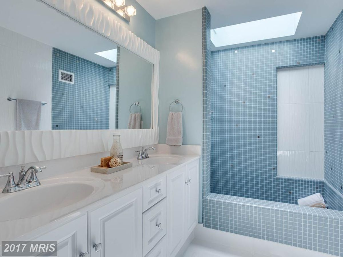 Bright, airy Annandale single-family home lists for $969K - Curbed DC