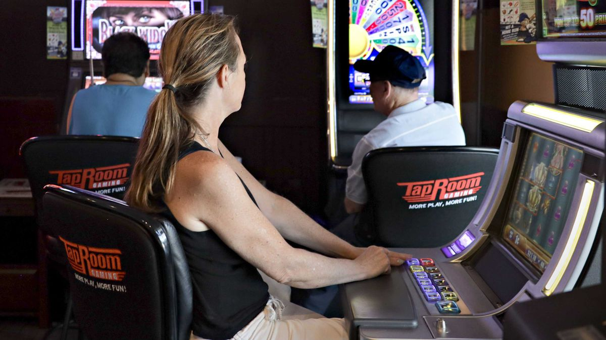 Players use video gambling machines at Hunan Hibachi Buffet in Waukegan on a weekday morning. The buffet opens at 11 a.m., but patrons can play the machines starting at 8 a.m.