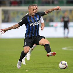 Radja Nainggolan of FC Internazionale in action during the Serie A match between FC Internazionale and ACF Fiorentina at Stadio Giuseppe Meazza on September 25, 2018 in Milan, Italy.