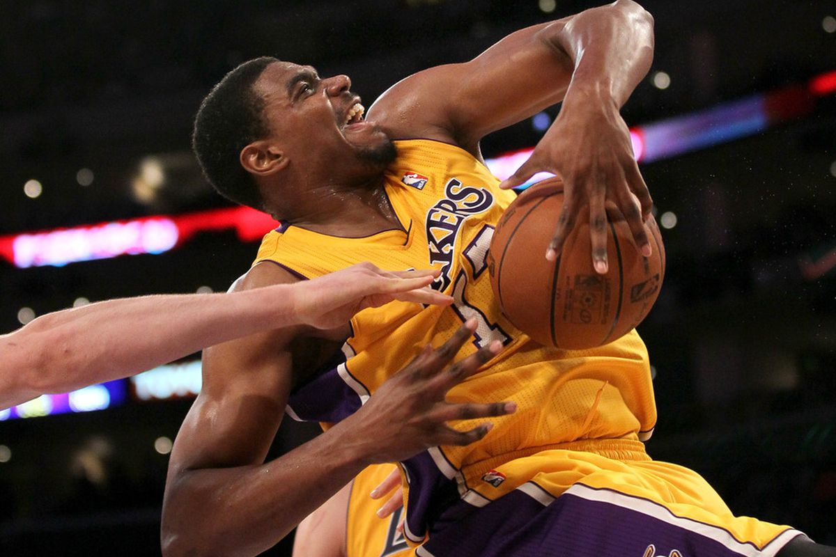 """Andrew Bynum goes marching in, """"Look ma, no dribbles!"""""""