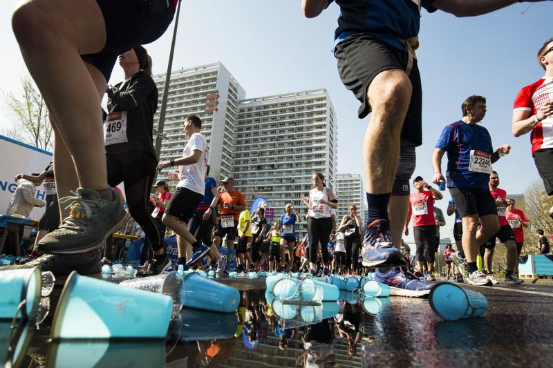 At the Berlin Half Marathon, numerous discarded plastic cups can be seen on the asphalt.