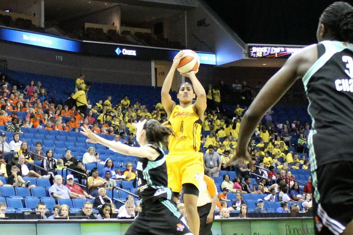 Skylar Diggins led the Tulsa Shock to victory with a big fourth quarter performance.