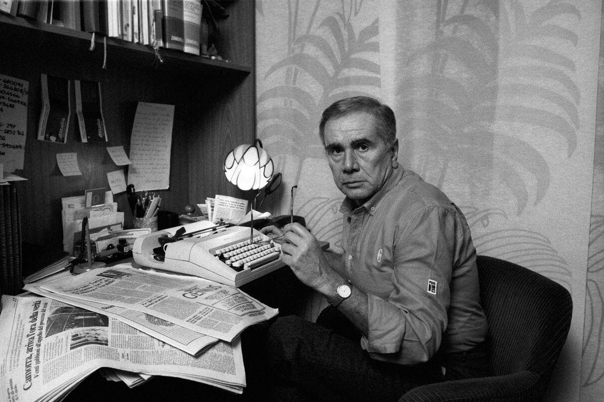 Enzo Tortora at his typewriter