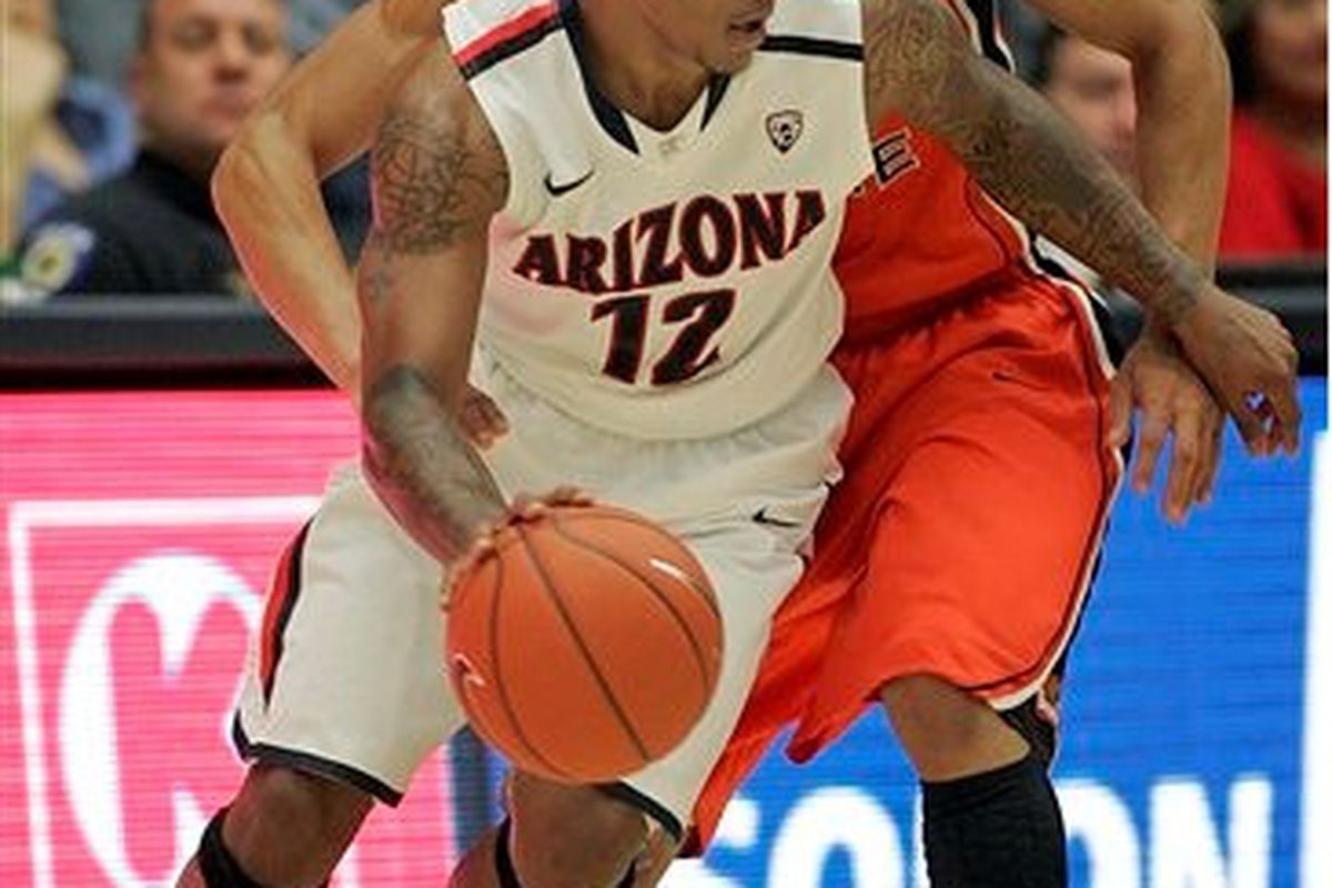 """Arizona's Lamont """"Momo"""" Jones, shown driving against Oregon St.'s  Jared Cunningham, was the leading scorer in the Wildcats' 70-59 win over the Beavers.  <em>(Photo by John Miller-AP)</em>"""