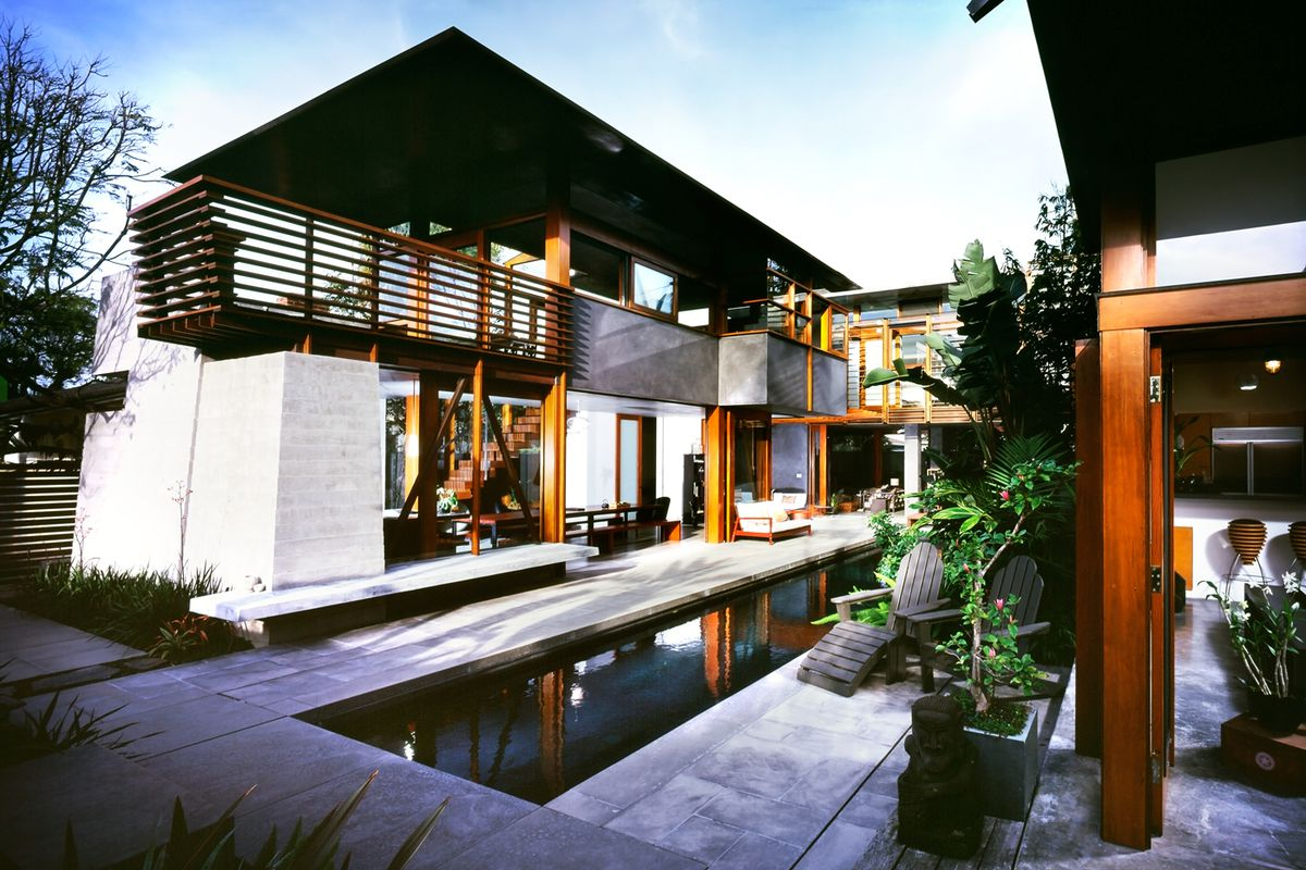 Residence arranged around central pool