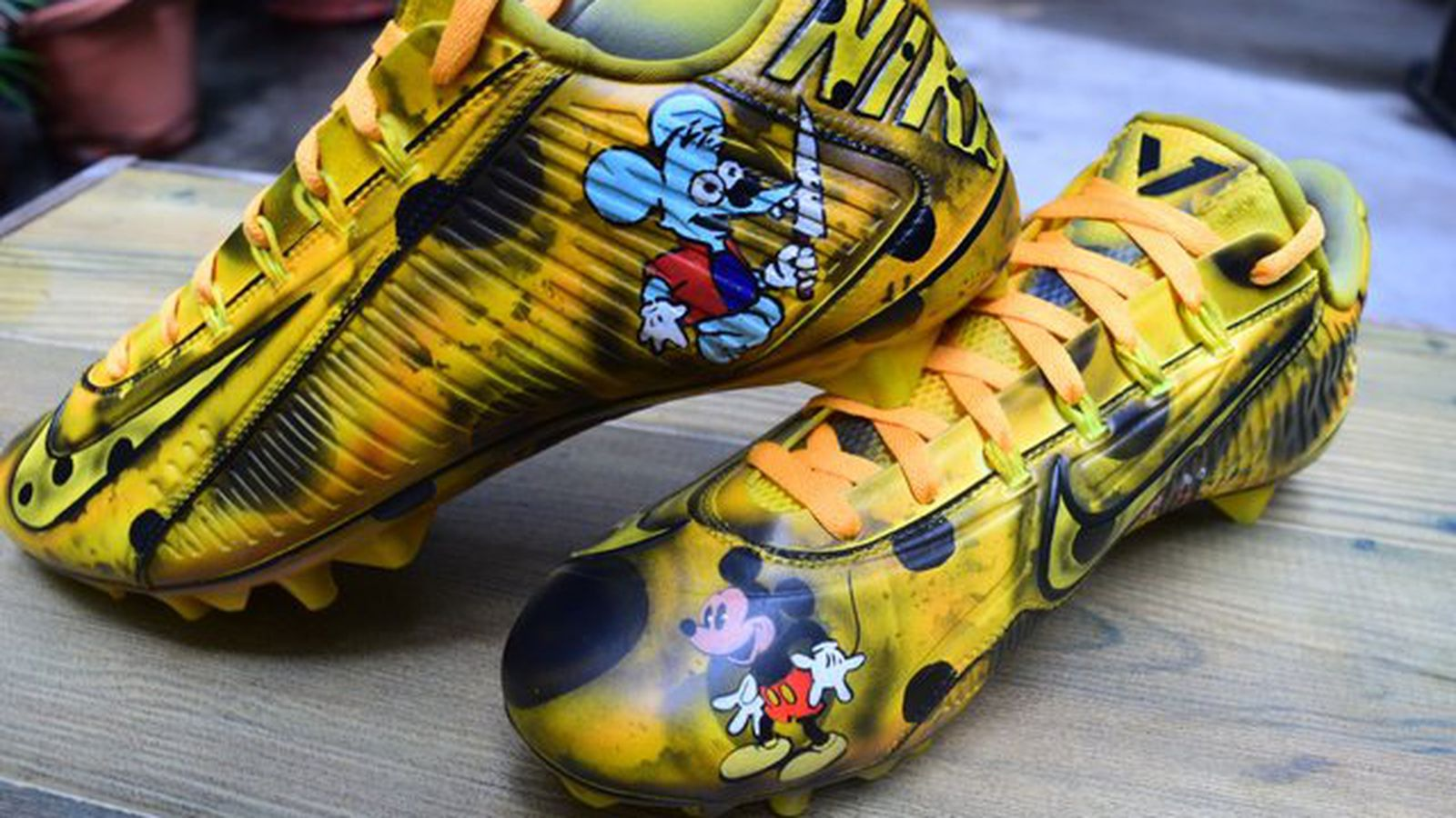 Odell Beckham Jr. wearing Mickey Mouse cheese cleats for ...