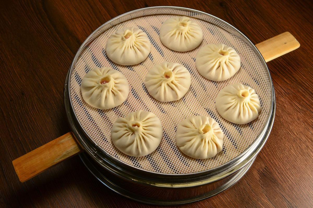 Eight dumplings in a basket