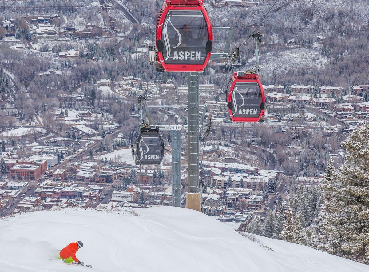 Skiing Aspen Mountain down to town