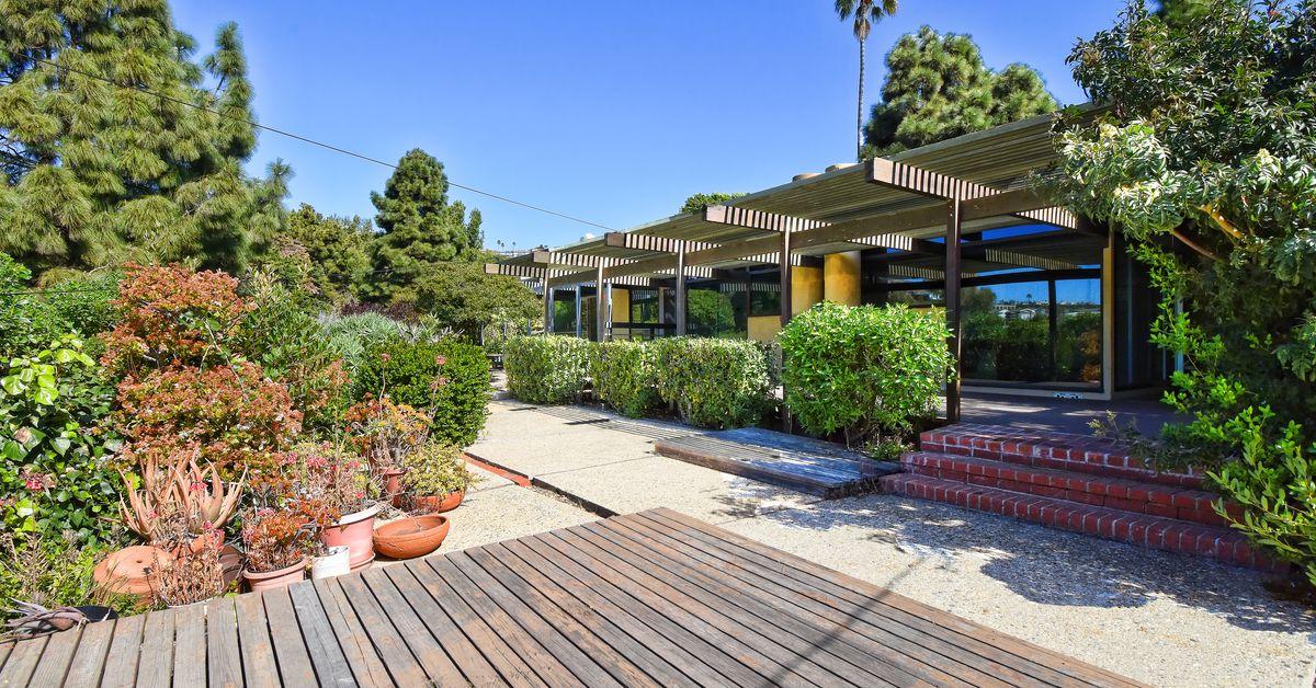Midcentury modern near the San Pedro coast asks $900K