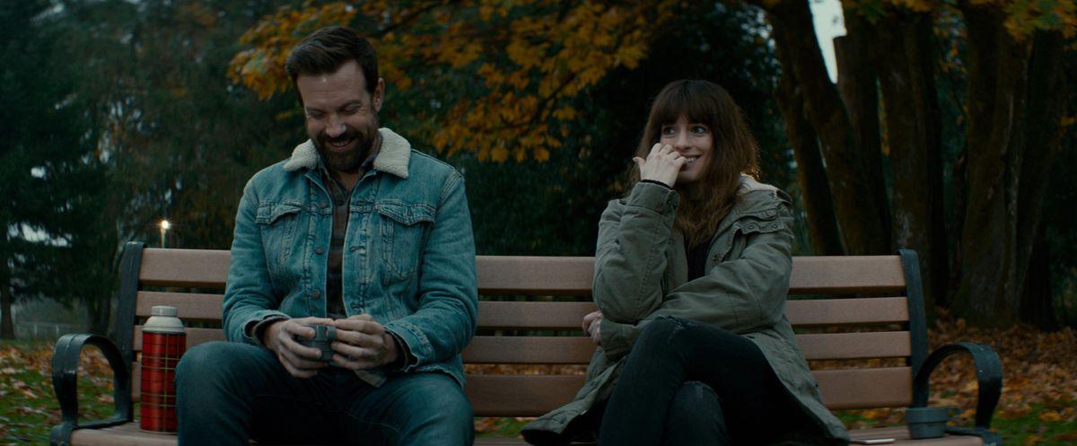 Jason Sudeikis as Oscar and Anne Hathaway as Gloria(Neon)