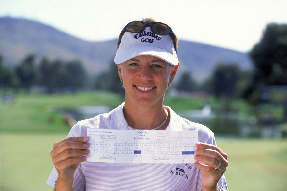 Annika Sorenstam holding up a score card