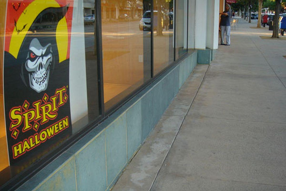"Halloween shop via <a href=""http://www.flickr.com/photos/benjaminpage/3862329979/in/pool-708420@N23"">Benjamin Page</a>/Racked Flickr Pool"