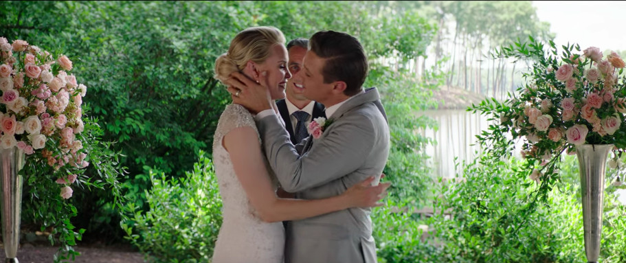 Leslie Bibb and Jeremy Renner kissing