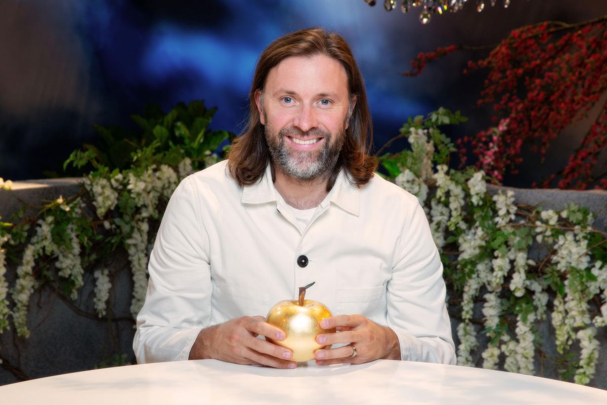 Chef Niklas Ekstedt with a golden apple on the set of Crazy Delicious