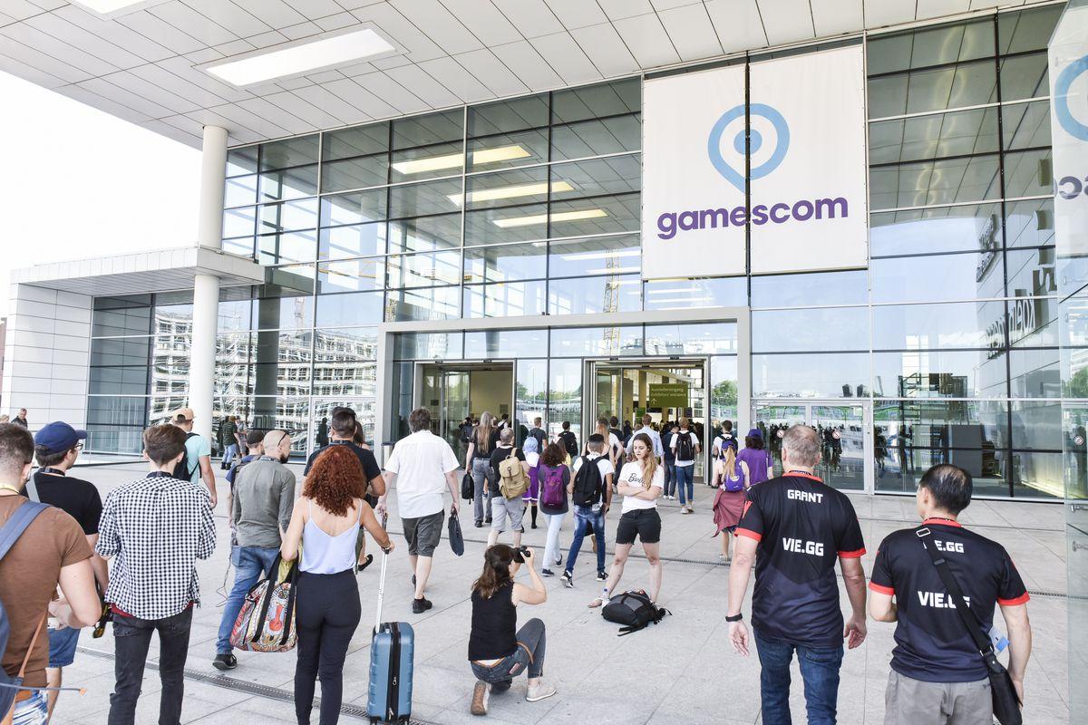 Gamescom 2018 - people walking in