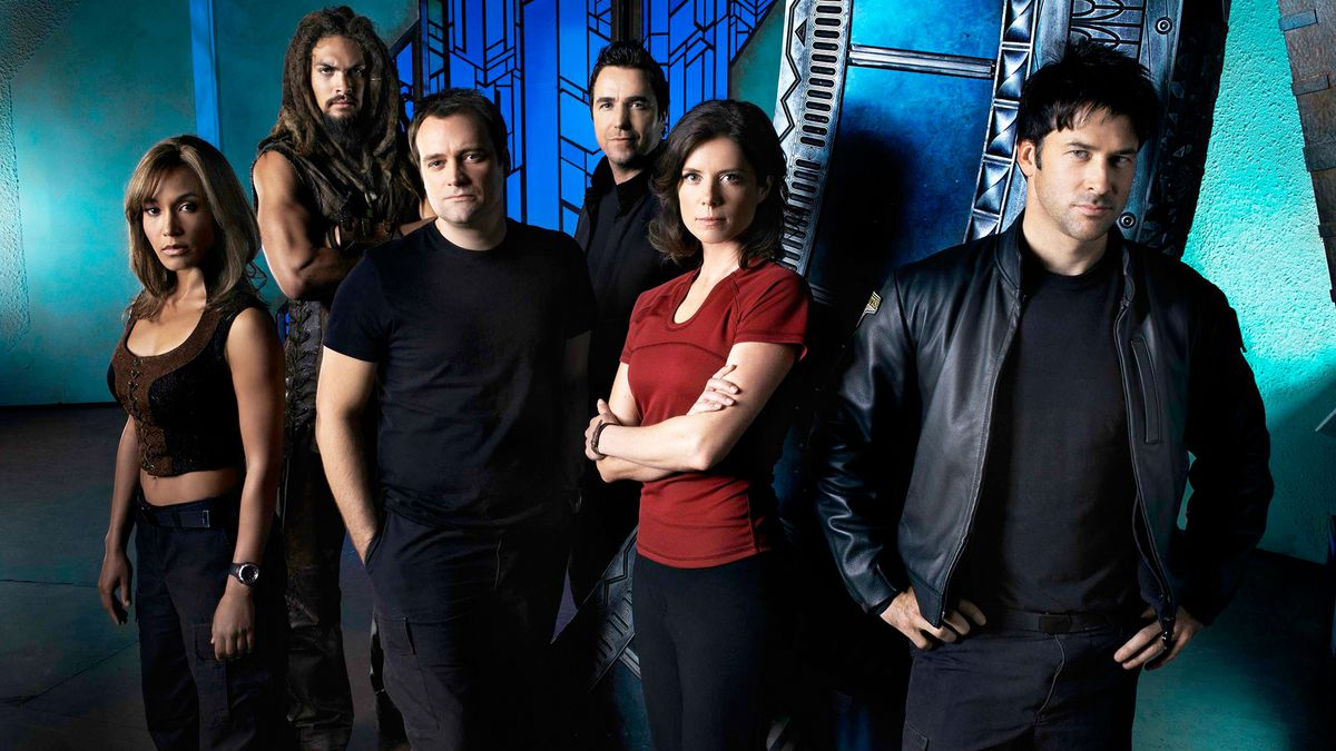 the cast of stargate atlantis doing an extremely 2000s cast pose