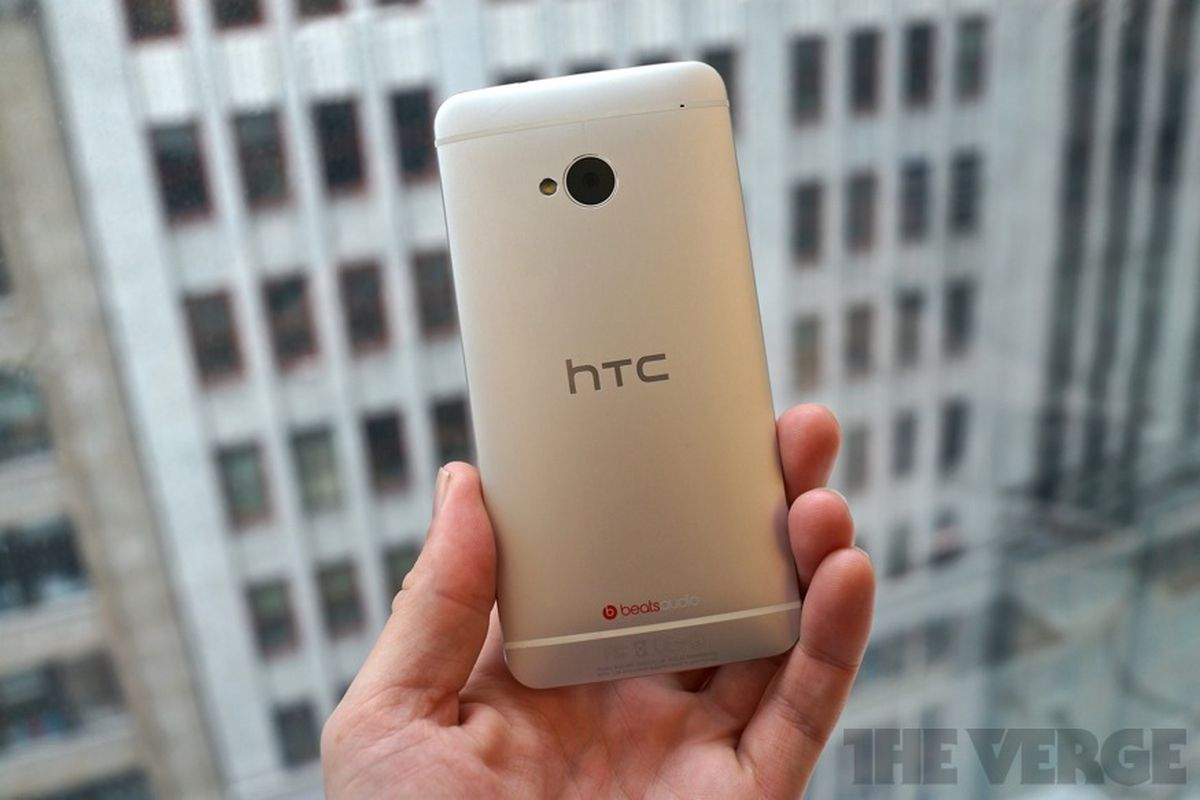 HTC One back (875px)