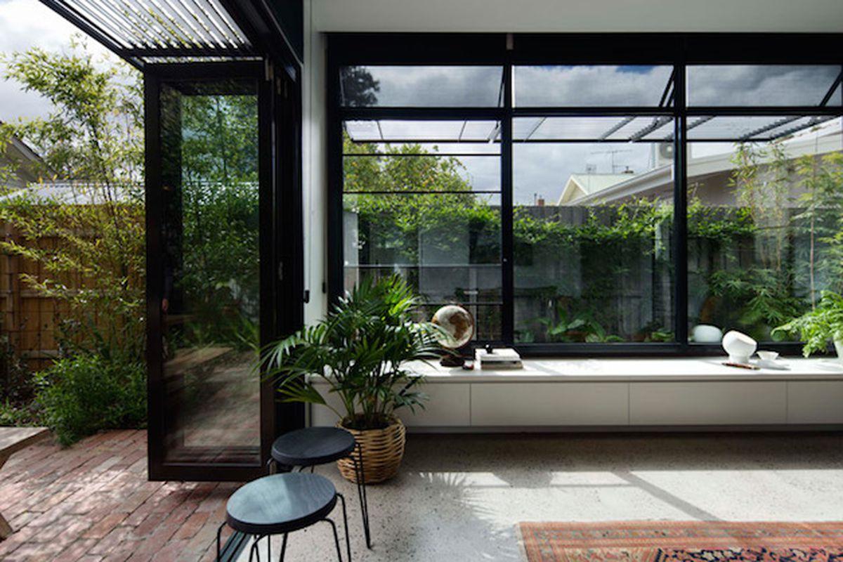 aussie architect adds a minimalist garden room to his mother's