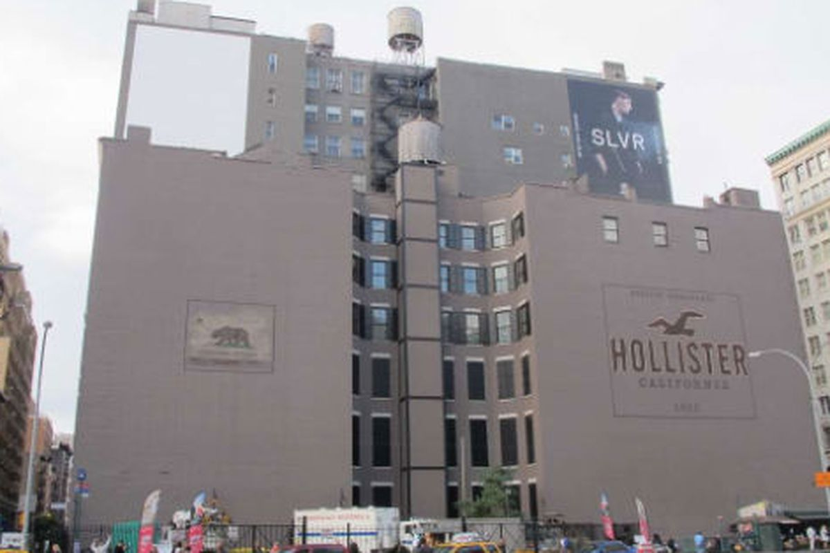 """Image via <a href=""""http://www.boweryboogie.com/2011/10/hollister-paints-second-mural-above-east-houston"""">Bowery Boogie</a>"""