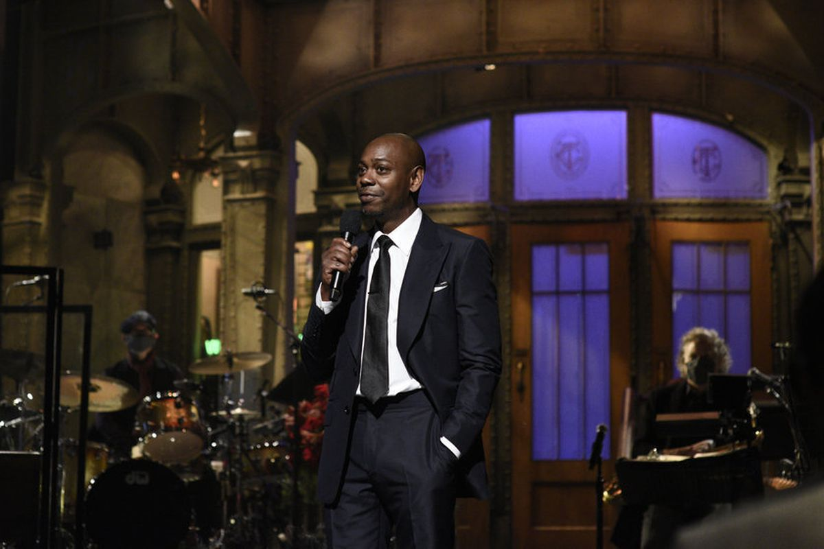 dave chappelle snl host agitates with edgy jokes none about biden chicago sun times dave chappelle snl host agitates