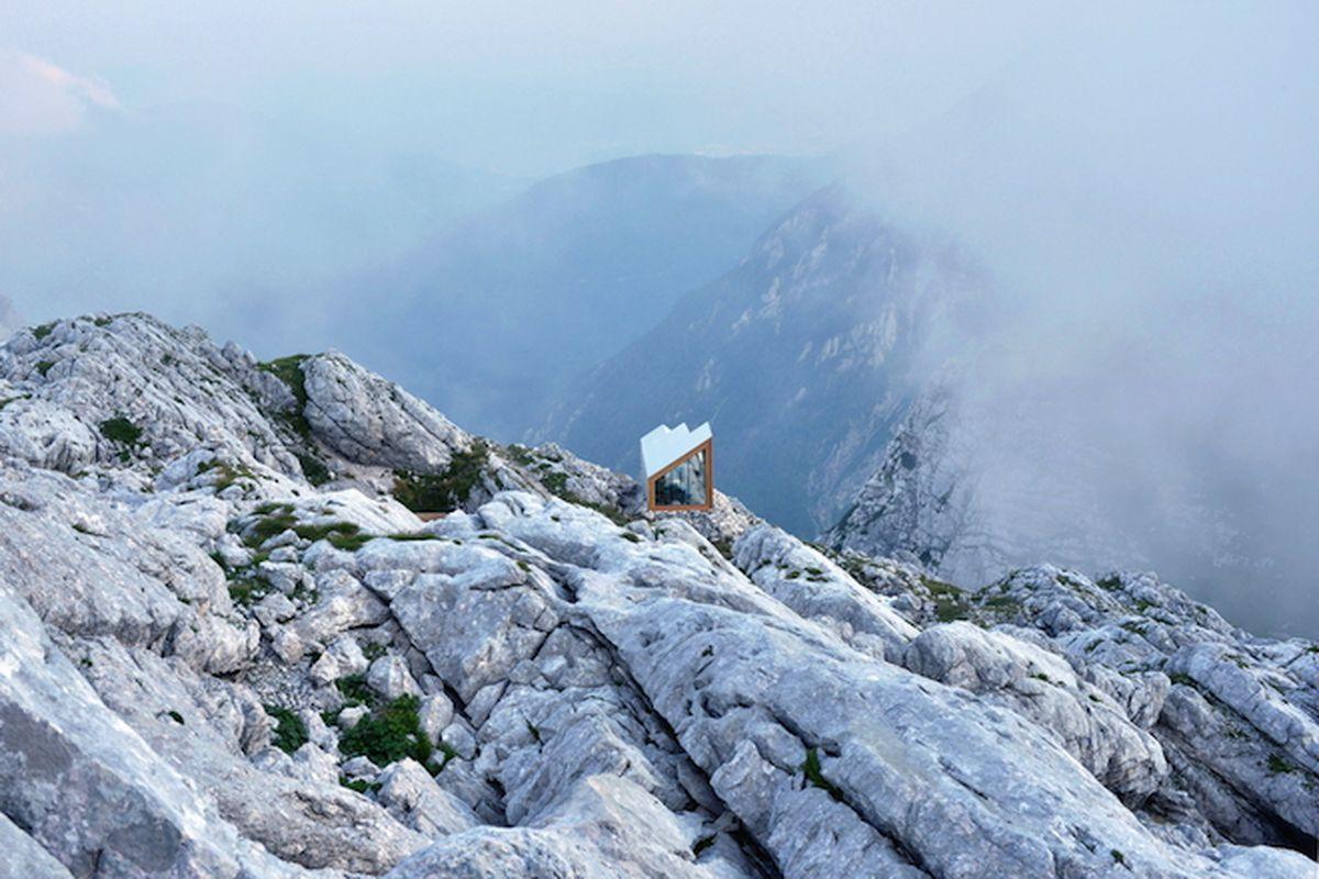 "Photo by Janez Martincic via <a href=""http://www.archdaily.com/773265/alpine-shelter-skuta-ofis-arhitekti-plus-akt-ii-plus-harvard-gsd-students"">ArchDaily</a>"