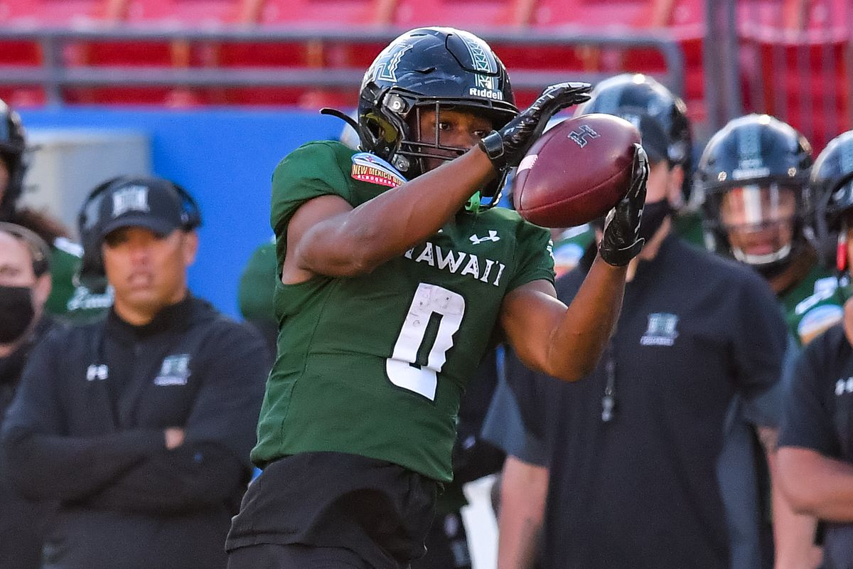 Hawaii Warriors running back Dae Dae Hunter makes a reception against Houston Cougars during the first half at Toyota Stadium.